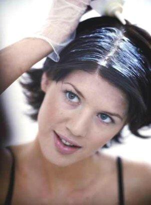 žena barvení vlasů