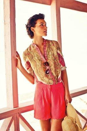 Široký šátek můžete v létě u vody vkusně uvázat kolem trupu a proměnit ho v neotřelý top
