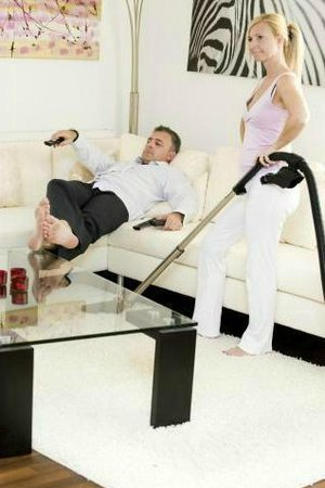 muž žena vysavač lux
