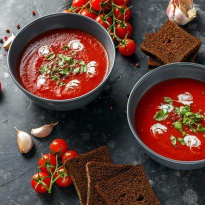 Rajčatová polévka s pečenými paprikami chutná i odpůrcům zdravé kuchyně