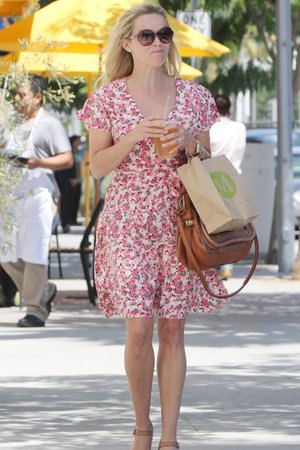 šaty květy Reese Witherspoon