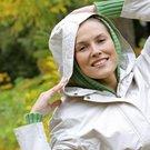 žena kapuca úsměv déšť