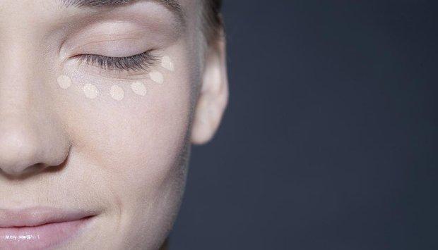 žena líčení korektor kruhy pod očima