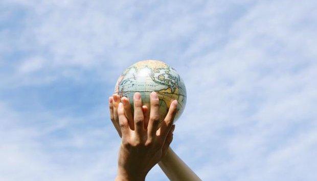 Žena a globus 1