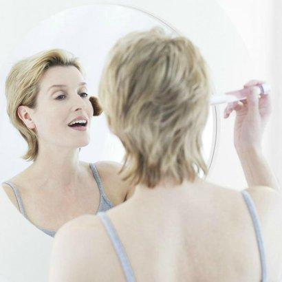 žena pudr zrcadlo