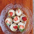 Košíčky z křehkého těsta s bílou čokoládou a jahodami