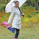 žena deštník úsměv plášť trenčkot