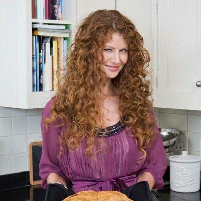žena peče dort