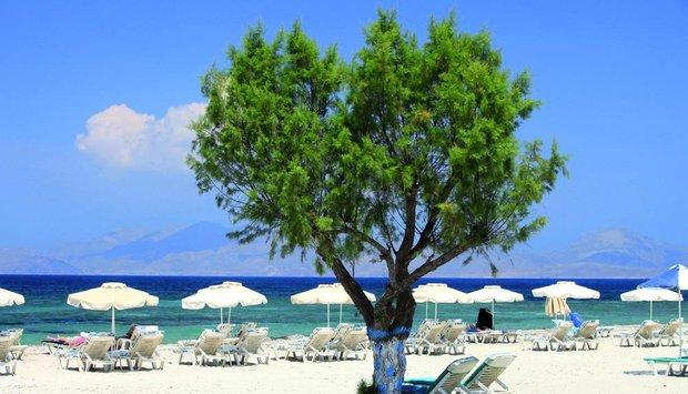 ostrov Kos pláž lehátka moře