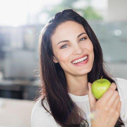 Žena s jablkem