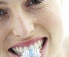 žena čištění zubů