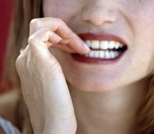 nehty kousání nehtů