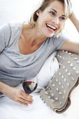 žena smích víno