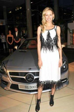 a5966a33de40 Namísto malých černých můžete sáhnout po elegantních šatech v délce ke  kolenům nebo pod kolena jako Karolína Kurková. Vyhovují dress code lounge  suit