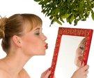 žena zrcadlo polibek
