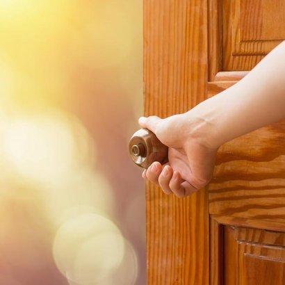 Šílíte z vrzajících dveří? Už nemusíte – Máme pro vás návod!