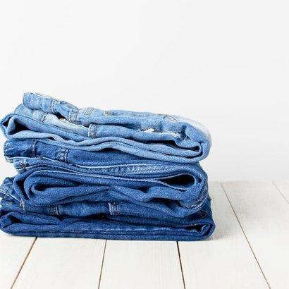 Víte, jak prát džíny? Přece v mrazáku!