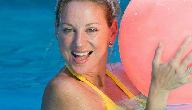 žena plavky míč