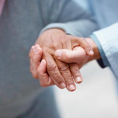 ruce vrásky babička