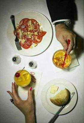 muž žena jídlo stůl