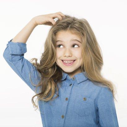 Jedním z příznaků výskytu vší může být škrábaní a podrážděná pokožka hlavy. Zdroj: Medindex