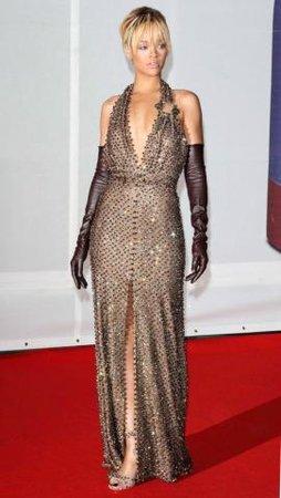 32532ee4eaed Rihanna si na Brit Awards 2012 vzala dlouhou večerní róbu na pomezí black a  white tie