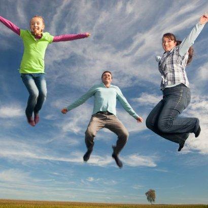 žena muž dítě rodina štěstí výskok