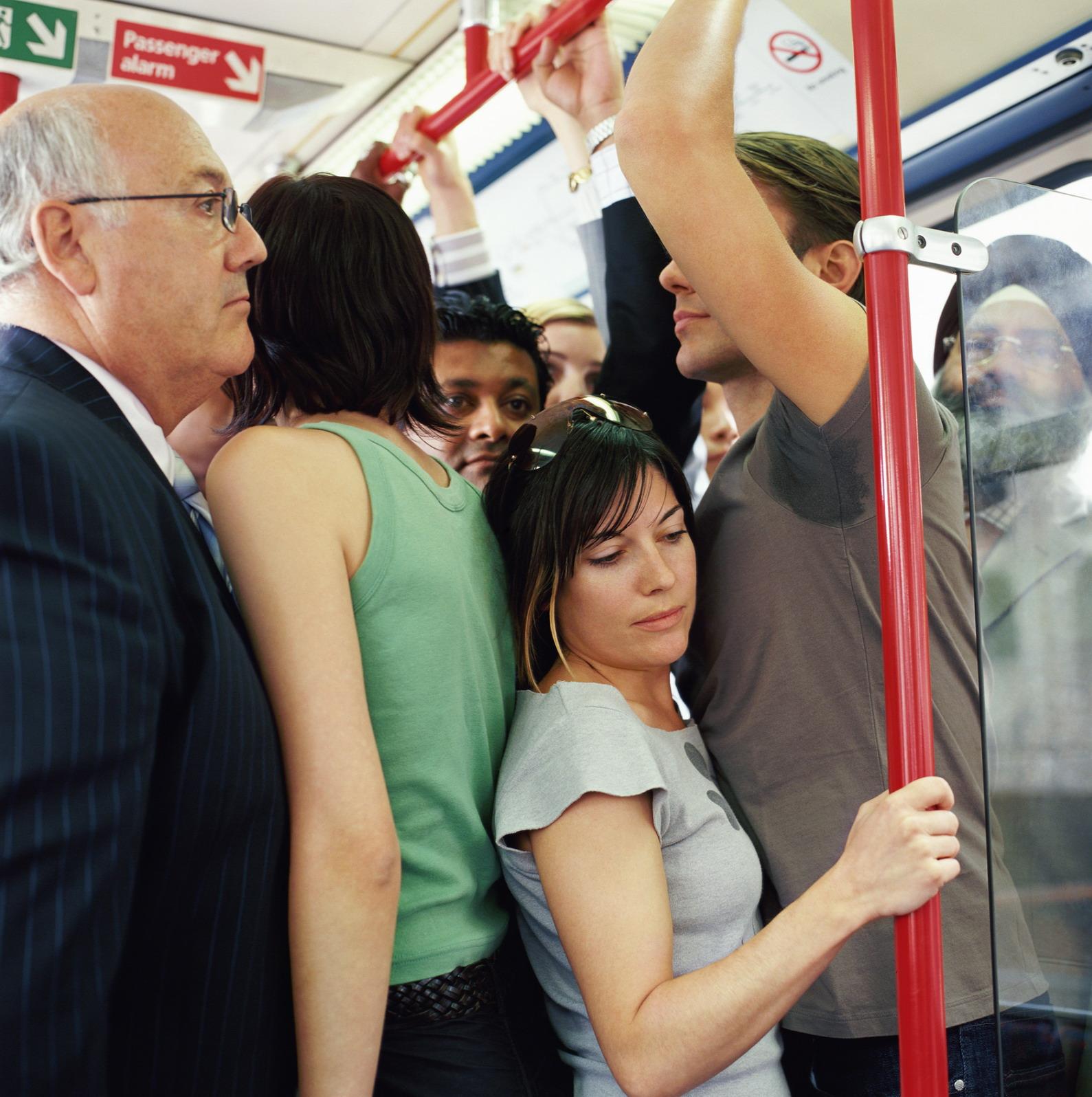 Трогает девушку в транспорте 8 фотография